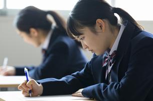 テストを受ける女子高校生の写真素材 [FYI04907821]