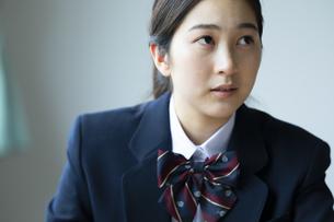 テストを受ける女子高校生の写真素材 [FYI04907823]