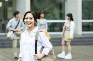 笑顔の女子学生ポートレートの写真素材 [FYI04907828]