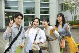 キャンバスで友達と笑顔の大学生の写真素材 [FYI04907829]
