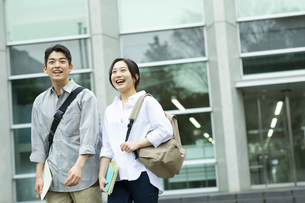 笑顔でキャンバスを歩く男子学生と女子学生の写真素材 [FYI04907833]