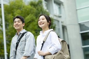 笑顔でキャンバスを歩く男子学生と女子学生の写真素材 [FYI04907834]