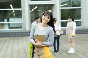 笑顔の女子学生ポートレートの写真素材 [FYI04907836]