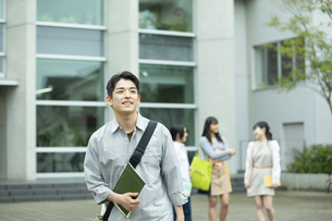 笑顔でキャンバスを歩く男子学生の写真素材 [FYI04907837]