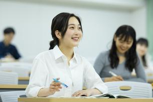 講義を受ける女子学生の写真素材 [FYI04907840]
