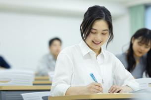 講義を受ける女子学生の写真素材 [FYI04907841]