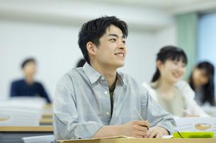 講義を受ける男子学生の写真素材 [FYI04907842]
