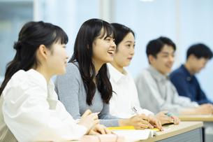 講義を受ける女子学生の写真素材 [FYI04907851]