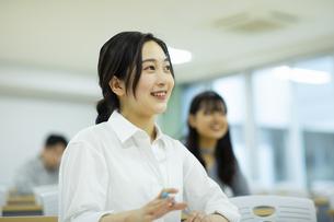 講義を受ける女子学生の写真素材 [FYI04907852]