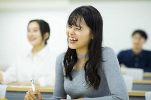 講義を受ける女子学生の写真素材 [FYI04907856]