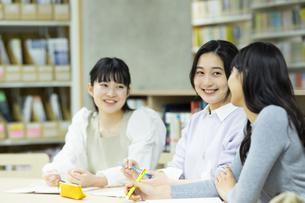 図書室で勉強する女子学生たちの写真素材 [FYI04907861]