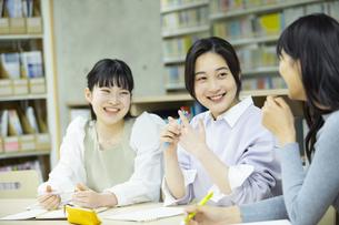 図書室で勉強する女子学生たちの写真素材 [FYI04907863]