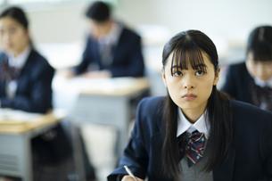 授業を受ける女子高校生の写真素材 [FYI04907942]