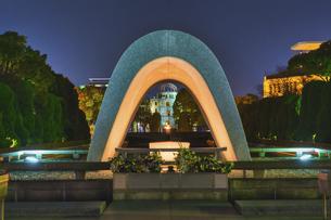 平和公園の夜景(広島市)の写真素材 [FYI04908017]