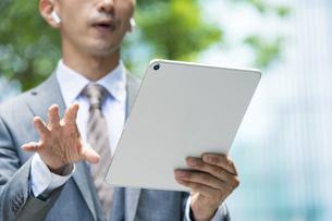タブレットPCの画面を見るビジネスマン の写真素材 [FYI04908242]