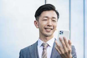 スマートフォンの画面を見る男性の写真素材 [FYI04908267]