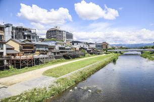 川床と御池大橋を見る鴨川風景の写真素材 [FYI04908321]