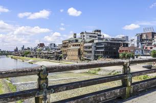 三条大橋木製欄干越しに鴨川沿いの川床風景を見るの写真素材 [FYI04908323]