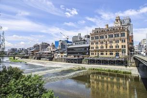四条大橋たもとに建つレトロな西洋建築を見る鴨川風景の写真素材 [FYI04908329]