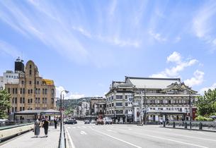 四条大橋より南座とレトロな洋館を見る風景の写真素材 [FYI04908335]
