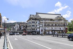 四条大橋より南座・祇園商店街を見る街並み風景の写真素材 [FYI04908336]