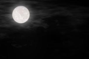雲で霞む満月の写真素材 [FYI04908349]