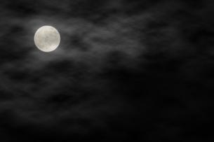 雲で霞む満月の写真素材 [FYI04908352]
