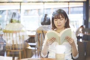 カフェで本を読む女性の写真素材 [FYI04908368]
