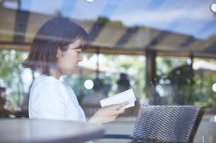 カフェで本を読む女性の写真素材 [FYI04908372]