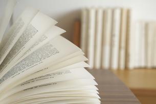 机の上でページがめくれている本の写真素材 [FYI04908390]