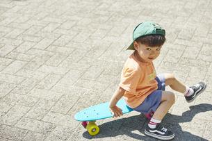 スケートボードで遊ぶ男の子の写真素材 [FYI04908404]