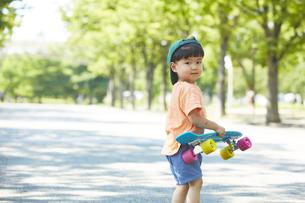 スケートボードで遊ぶ男の子の写真素材 [FYI04908405]