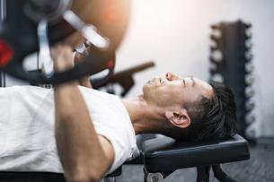 ジムでトレーニングするミドル男性の写真素材 [FYI04908490]