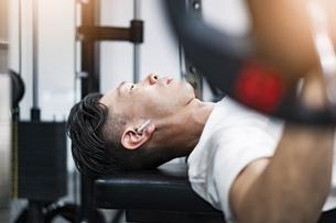 ジムでトレーニングするミドル男性の写真素材 [FYI04908534]