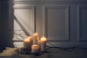 光がさした複数のキャンドルの写真素材 [FYI04908596]
