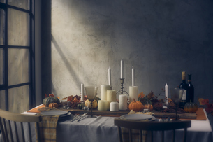 薄暗い部屋にセッティングされたダイニングテーブルの写真素材 [FYI04908601]