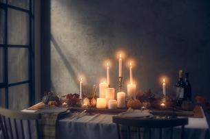 薄暗い部屋にセッティングされたダイニングテーブルの写真素材 [FYI04908602]