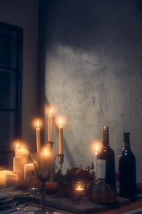 火が灯ったキャンドルとワインボトルの写真素材 [FYI04908603]