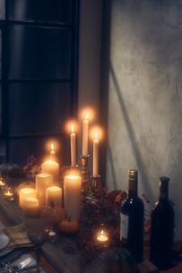 火が灯ったキャンドルとワインボトルの写真素材 [FYI04908604]