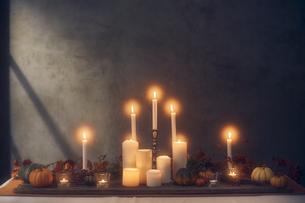 火が灯ったキャンドルとカボチャの写真素材 [FYI04908607]