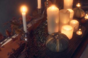 火が灯ったキャンドルとカボチャの写真素材 [FYI04908610]