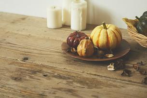 木の皿に乗った色々なサイズのカボチャの写真素材 [FYI04908619]