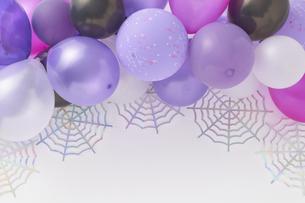 寒色系の風船と蜘蛛の巣飾りの写真素材 [FYI04908665]