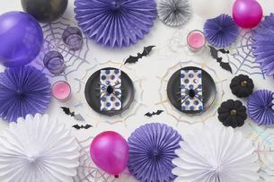白バックでピンク、青、黒のハロウィン飾りの写真素材 [FYI04908666]