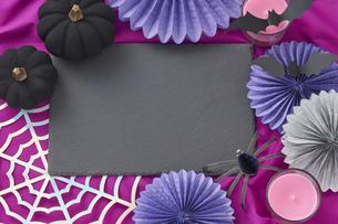 黒いパンプキンと蜘蛛とカラフルな飾りの写真素材 [FYI04908667]
