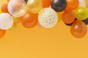 オレンジバックにたくさんの風船の写真素材 [FYI04908671]