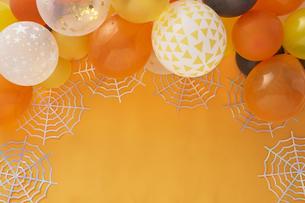 オレンジバックにハロウィン飾りの写真素材 [FYI04908673]