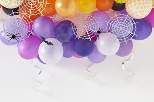 たくさんの風船と蜘蛛の巣飾りの写真素材 [FYI04908693]