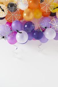 たくさんの風船と蜘蛛の巣飾りの写真素材 [FYI04908694]