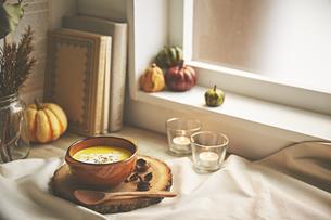 窓辺に置いてあるカボチャのスープの写真素材 [FYI04908702]